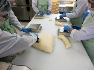 パンの生地は柔らかくて成形が大変!