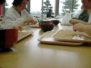 豆腐に使用する大豆は、 一粒一粒選別します。