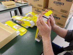ギフト用品の箱折作業
