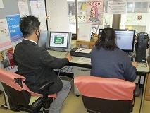 パソコンコーナーの横にはメンバー向け掲示板を用意。 プログラムへの参加は自由、自己選択です。